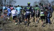 Renners hollen over de akkers in Parijs-Roubaix