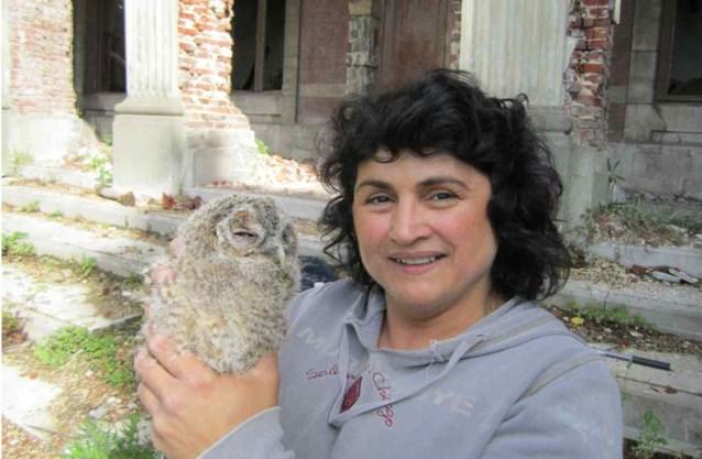 Vrouw redt uilenjong uit ruïnes van kasteel