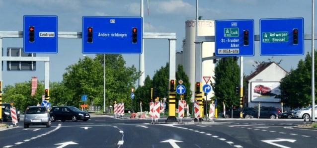 Helemaal nieuw: verkeersbord met ingebouwde rode lichten