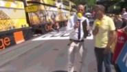 Man met step maakt zich belachelijk aan de streep (live op tv)