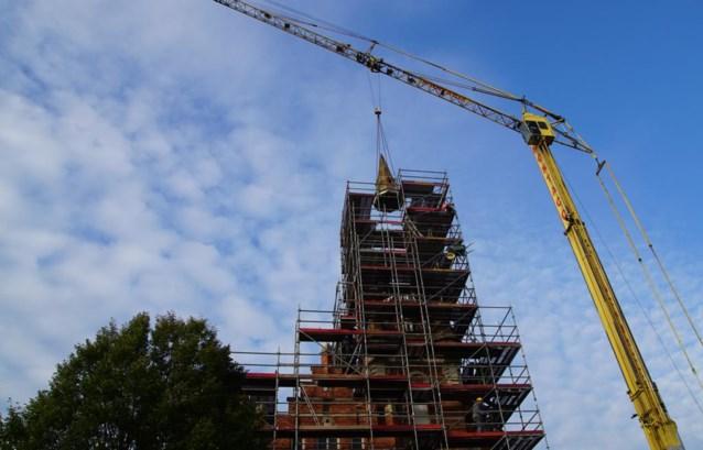 Oud-gemeentehuis heeft tijdelijk geen torenspits meer