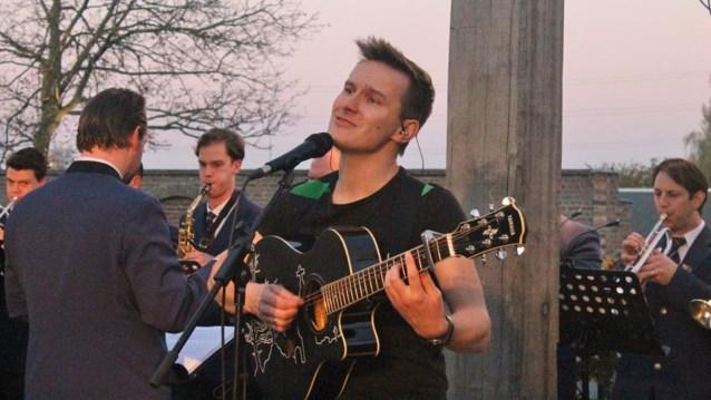 Zinger zingt op kerkhof voor overleden bandlid