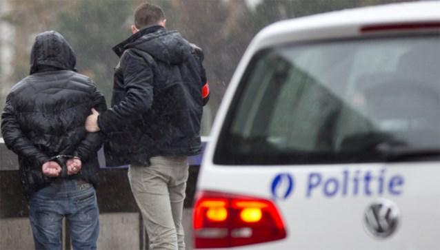 Grote politieactie op parking door bebaarde mannen in oude ambulances