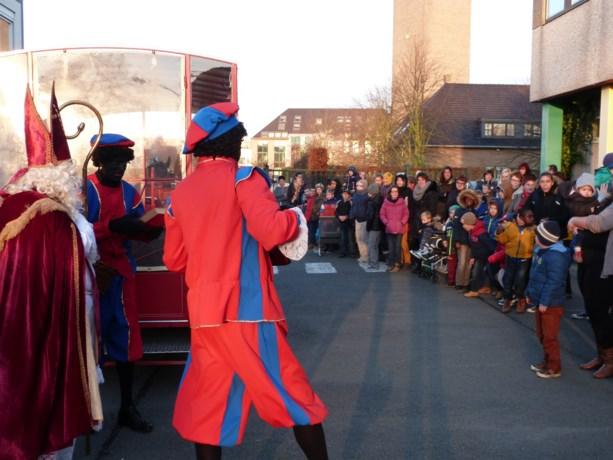 Sinterklaas bezoekt KBO Levensblij met de huifkar