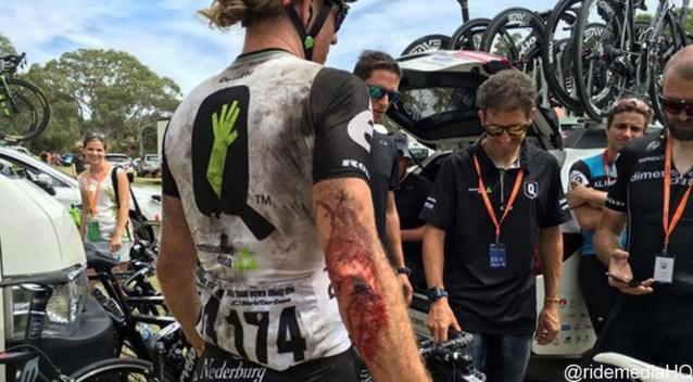 Tyler Farrar haalt finish Down Under met fiets toeschouwer