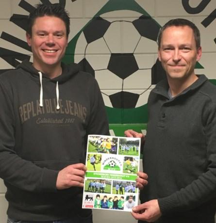 Spelers Minderhout VV verzameld in stickerboek