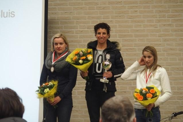 Femke Van den Driessche op podium van loopwedstrijd