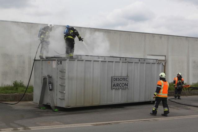 Container met actieve kool vat vuur naast bedrijf