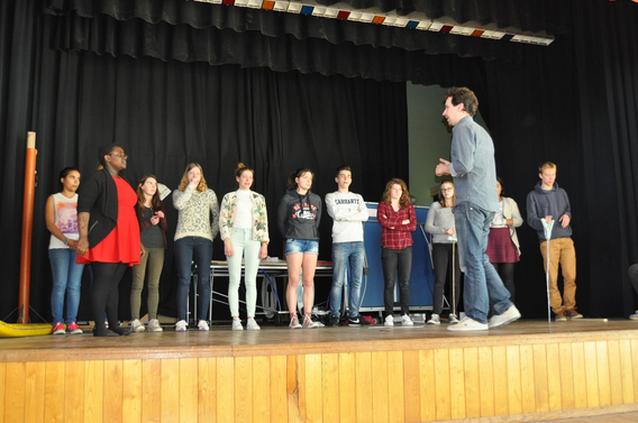 Leerlingen atheneum spelen toneel