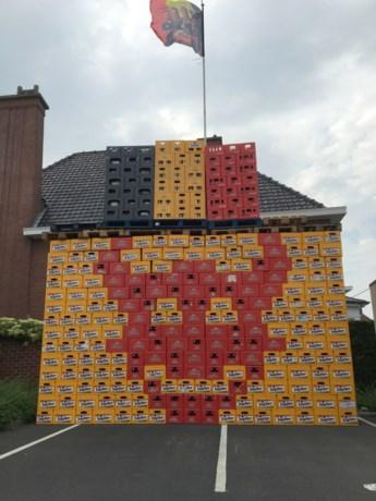 Muur van bierbakken voor Rode Duivels