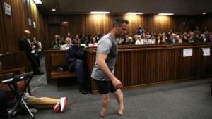 """""""Vernederde"""" Oscar Pistorius in tranen als hij zonder protheses door rechtbank moet wandelen"""