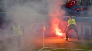 Turkse supporters gooien vuurwerk op veld tegen Tsjechië