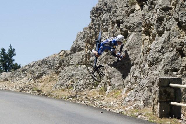 Nu al dé foto van de Tour: Ongelofelijke crash van Alaphilippe in tijdrit