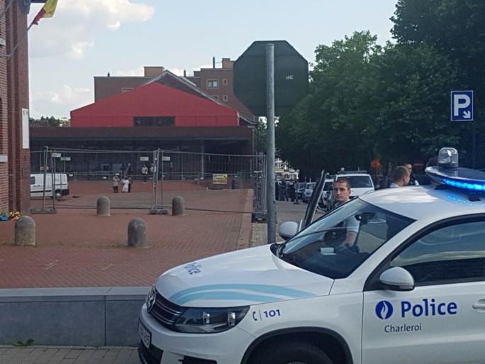 Twee agentes gewond na aanval met machete, premier keert terug uit vakantie