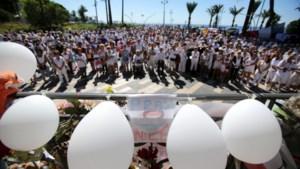 Duizendtal mensen betuigt in het wit eer aan slachtoffers