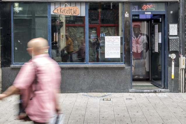 """Berucht café 't Keteltje heropent met opvallende affiche: """"Verboden voor illegalen"""""""