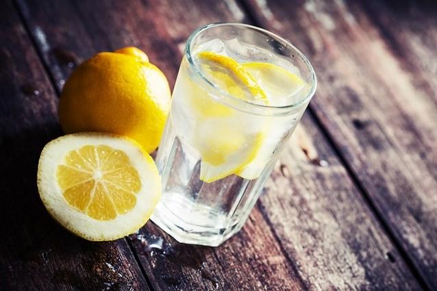 Daarom vraag je beter geen schijfje citroen voor je glas water