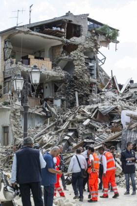 """Slachtoffers aardbeving boos op ramptoeristen: """"Stop met selfies maken"""""""