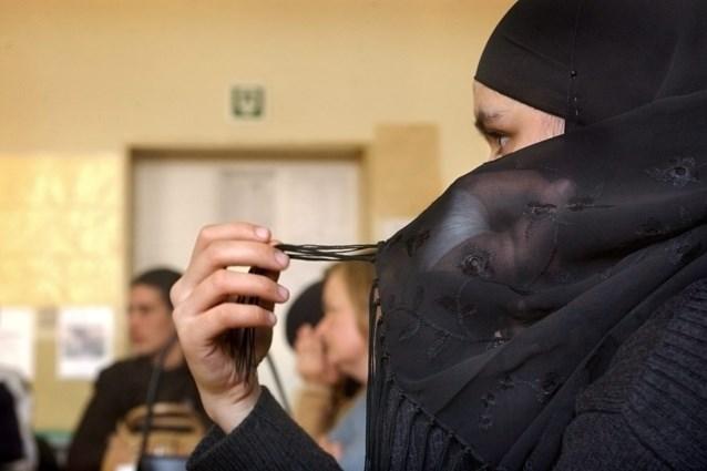 Studentes met hoofddoek mogen herexamens niet meer afleggen