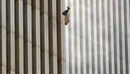 Het verhaal achter de beklijvende foto van de man die 19 jaar geleden loodrecht uit de Twin Towers sprong