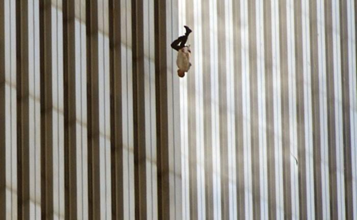 Het verhaal achter de beklijvende foto van de man die 18 jaar geleden loodrecht uit de Twin Towers sprong