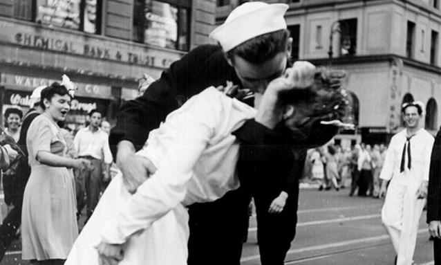 Vrouw die kus krijgt van soldaat op iconische WOII-foto, overleden