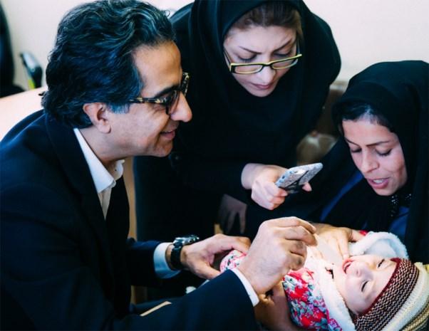 Hij is een gereputeerde topchirurg in ons land, maar enkele weken per jaar opereert hij kinderen gratis in het buitenland