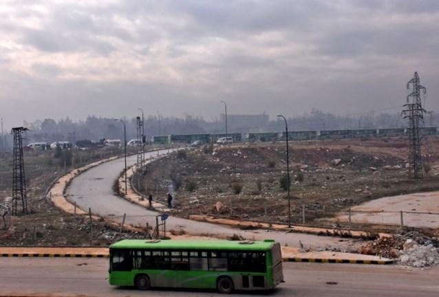 Bussen rijden Aleppo binnen voor herneming van evacuaties