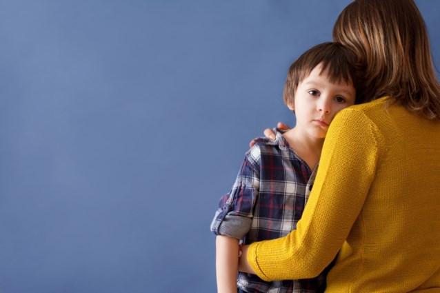 Daarom verplicht je je kinderen beter niet om hun tante of nonkel een kus te geven