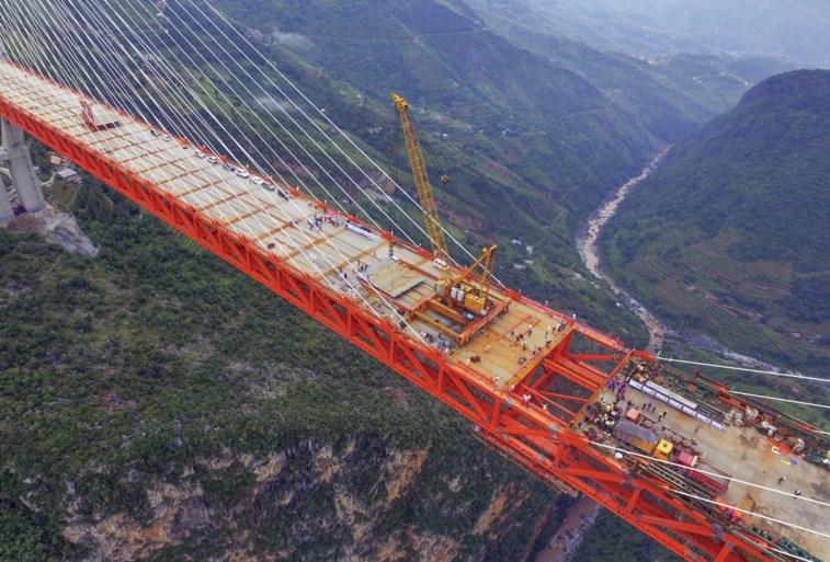 IN BEELD. China opent hoogste brug ter wereld