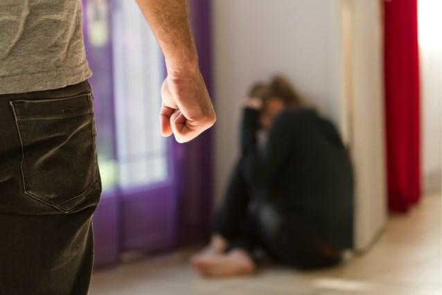 Man Dwingt Vrouw Om Haar Af Te Knippen En Naakt Over Straat