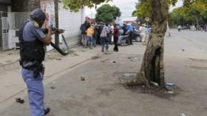 Zuid-Afrikaanse politie drijft racistische betoging uiteen met rubberkogels en traangas