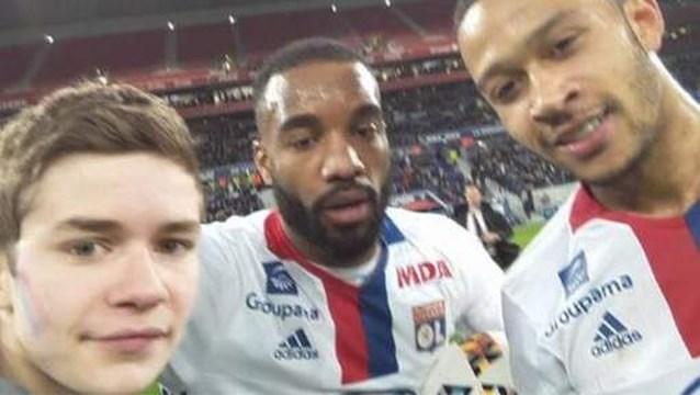 Selfie met voetbalidolen komt jonge fan duur te staan