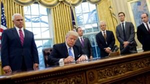 """Trump tekent aangepast inreisverbod, Democraten noemen het """"verwerpelijk en on-Amerikaans"""""""