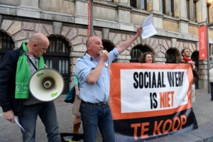 Betogers voeren aan stadhuis actie tegen vermarkting van sociaal werk