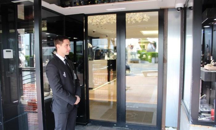 Veiligheidsagent voor de deur van juwelier na ramkraak