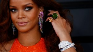 Rihanna gaat achter de kassa staan om schoenen te verkopen en fans worden wild