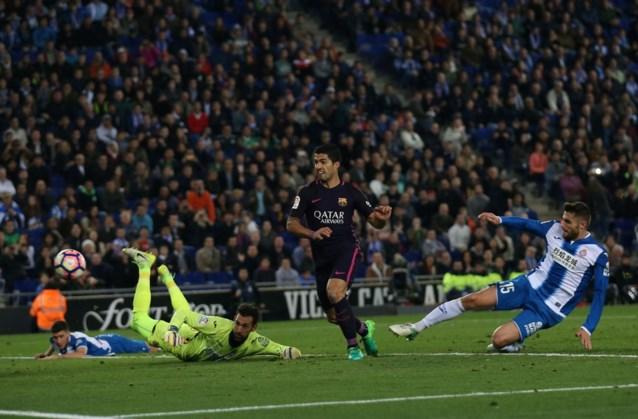 Barcelona wint derby tegen Espanyol en blijft Real Madrid onder druk zetten