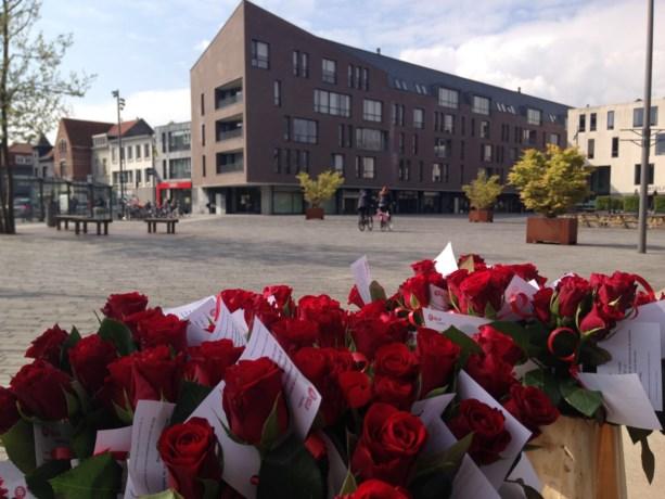 SP.A deelt rozen uit voor Dag van de Arbeid