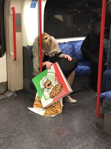 Ze viel in slaap op de trein en zag niet wat er vervolgens met haar ontbijt gebeurde