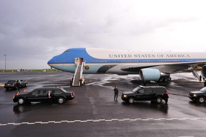 Trump gaat op reis en neemt mee: Tien limousines, bloedzakjes en een steak