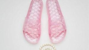 Rihanna lanceert nieuwe slippers, maar fans vallen bijna omver van de prijs