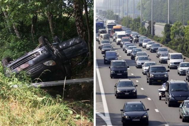 Twee auto's rijden weg na zwaar ongeval op E40: drie kinderen gewond, ouders zwaargewond