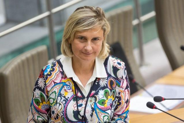 """Hilde Crevits stuurt """"menswaardige"""" bemiddelaars uit om onbetaalde schoolfacturen te innen"""