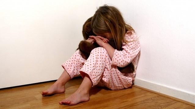 Vader die kind probeerde te wurgen krijgt slechts voorwaardelijke straf, moeder begrijpt er niets van