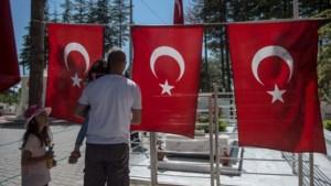 """Turkije """"herdenkt"""" coup van jaar geleden met nieuwe golf massa-ontslagen"""