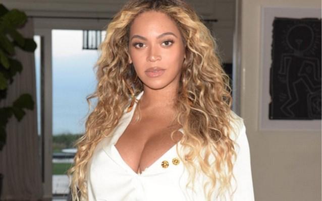 Beyoncé poseert een maand na bevalling in strak rokje