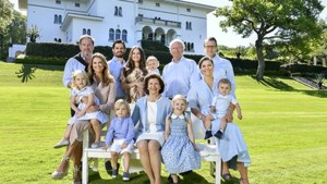 Zweedse koninklijke familie straalt op nieuwe foto, maar kleine Oscar steelt de show