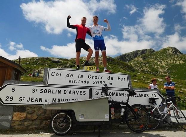 Studenten rijden eigen Ronde van Frankrijk met zelfgemaakte bakfiets op zonne-energie