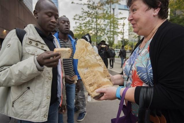 """Belgen trakteren vluchtelingen op bokes met choco: """"Ze zijn niet gewoon van kaas tussen boterham te eten"""""""